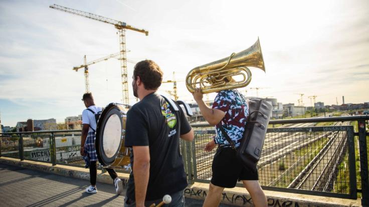 Fête de la Musique in Berlin: Musiker tragen ihre Instrumente über die Warschauer Brücke (Foto)