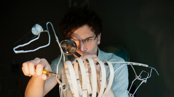 Nico Hellmann (Samuel Schneider) arbeitet akribisch an einem Tier-Modell.