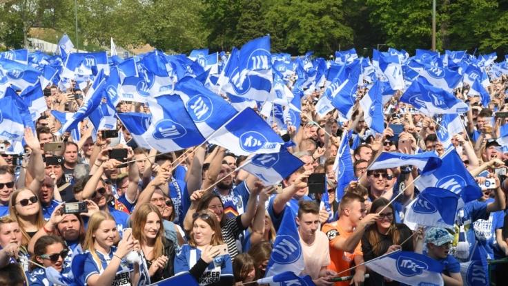 Die Fans jubeln den Spielern vom Karlsruher SC zu. (Symbolbild) (Foto)