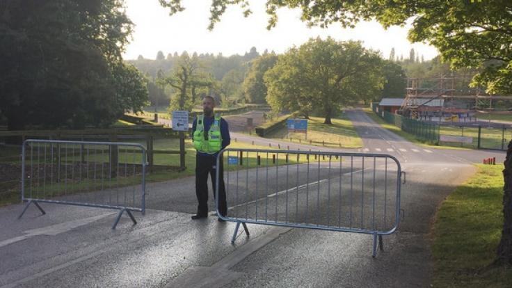 Nach dem tödlichen Unfall eines elfjährigen Mädchens im britischen Freizeitpark Drayton Manor sichert die Polizei den Unglücksort.