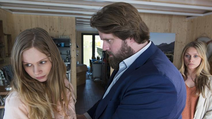 Ausgerechnet Nina (Emilia Bernsdorf, l.), Bennis (Antoine Monot, Jr.) Tochter, scheint in einem Mordfall verwickelt. Doch weder er noch Nele (Sina Tkotsch, r.) können der 16-Jährigen Einzelheiten zum Geschehenen entlocken. (Foto)