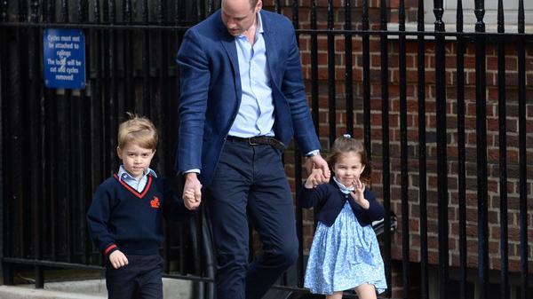 Prinz William kommt mit Prinz George und Prinzessin Charlotte zum St. Mary's Hospital im Londoner Stadtteil Paddington.