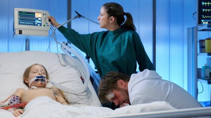 Clemens Körner (Kai Scheve, re.) spuckt Blut, verweigert aber jede Behandlung. Er wird nicht von der Seite seiner kleinen Tochter Julia (Frida Elise Pechstein, li.) weichen. (Foto)