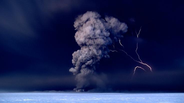 Der Vulkan Grimsvötn in Island spuckt in der Nacht vom 21.05.2011 Asche in den Himmel. Daneben ist ein Blitz zu sehen. Vor zwei Jahren wirbelte die Aschewolke eines Vulkanausbruchs den Flugverkehr durcheinander.