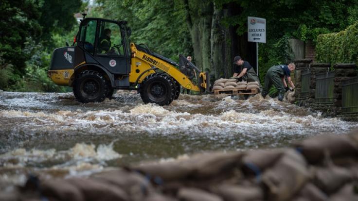 Der Dauerregen lässt die Hochwasser-Gefahr wieder steigen.