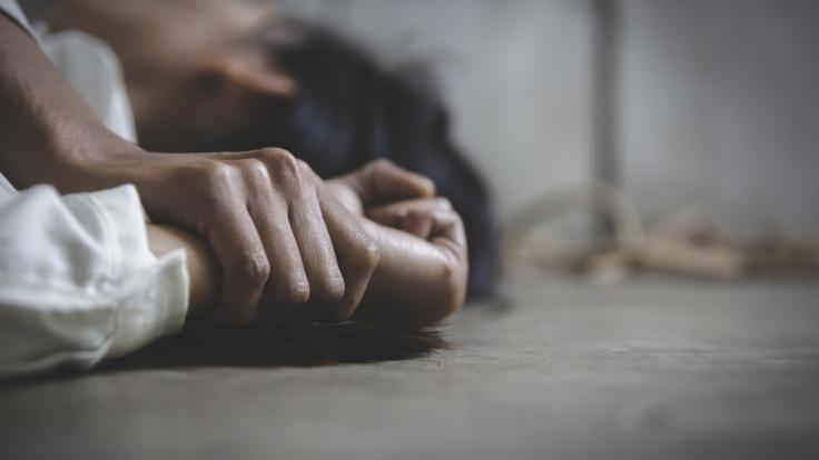 Eine 18-Jährige wurde mitten auf der Straße missbraucht. (Foto)