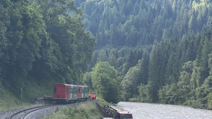 Ein Waggon eines Regionalzugs liegt in der Mur. Am letzten Schultag vor den Ferien ist in Österreich ein Zug mit Dutzenden Kindern und Jugendlichen an Bord entgleist und in einen Fluss gestürzt. (Foto)