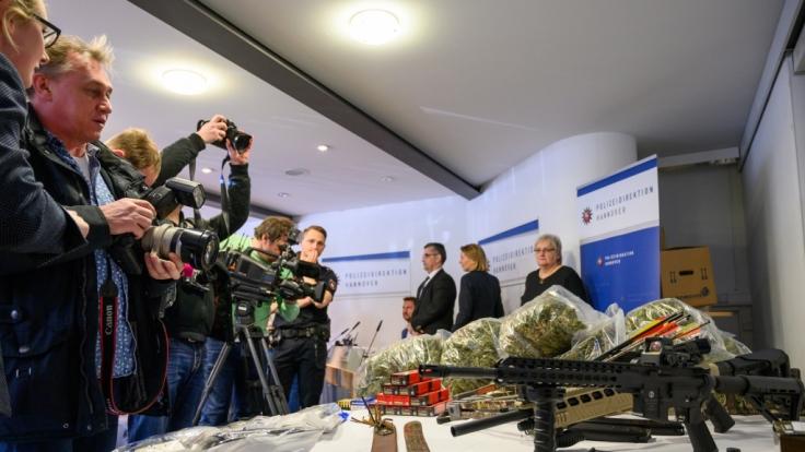 Geldwäsche begünstigt den Handel mit Waffen und Drogen, wie Razzien immer wieder zeigen. (Foto)