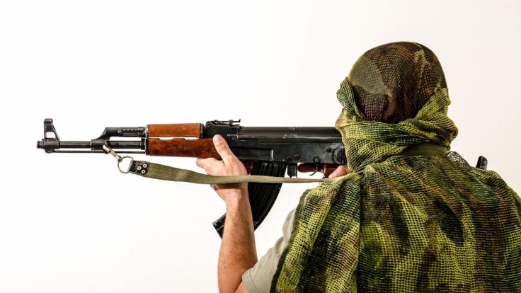 Syrische Rebellen kopieren den IS und veröffentlichen brutale Hinrichtungsvideos.