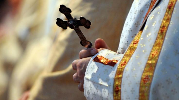 Ein Missbrauchsskandal um einen rückfällig gewordenen pädophilen Priester sorgt in Bayern für Wirbel (Symbolbild).