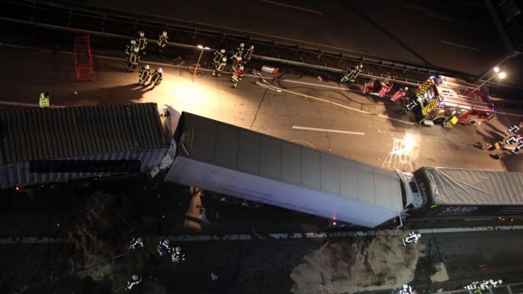 Bei einem schweren Verkehrsunfall ist auf der Autobahn 1 ein Lkw-Fahrer ums Leben gekommen.