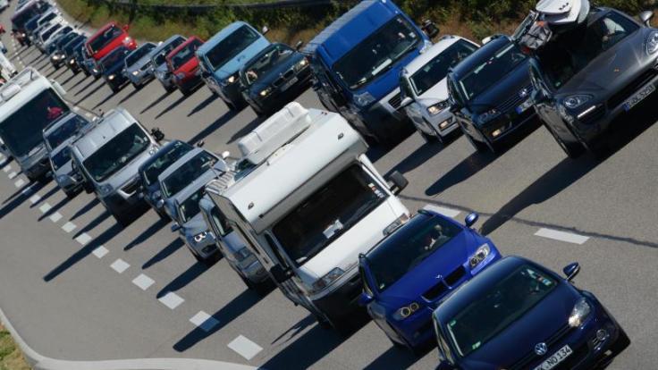 Trotz Rückreiseverkehrs können Autofahrer am Wochenende mit einem moderaten Stauaufkommen rechnen. (Foto)