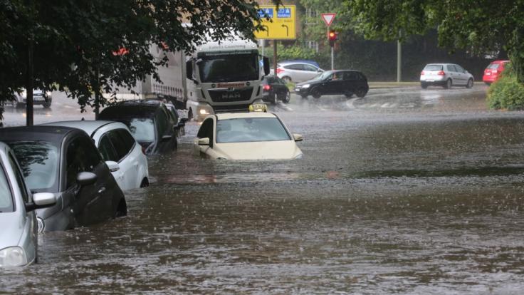 tarke Regenfälle haben am Mittwochnachmittag zahlreiche Straßen in der Flensburger Innenstadt überspült. (Foto)