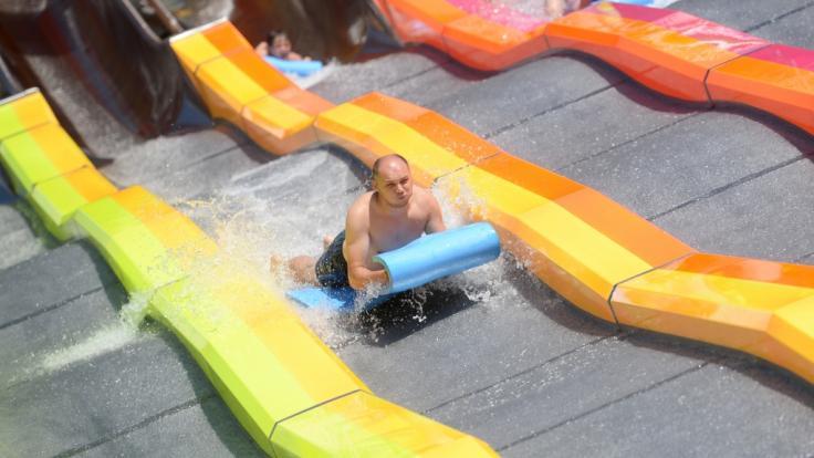 Auf einer Wasserrutsche wie dieser zog sich der Brite David Briffaut eine schwere Verletzung im Genick zu. Nun ist er wohl vom Brustkorb abwärts gelähmt. (Symbolbild)
