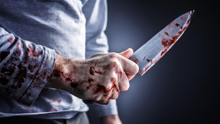 In Russland bekommt ein Mann ein Messer in den Rücken gerammt und alles, woran er denken kann, ist die nächste Zigarette. (Symbolbild) (Foto)