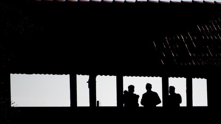 Ein Mann aus Aachen will gegen das Kontaktverbot in Nordrhein-Westfalen Klage einreichen (Symbolbild). (Foto)