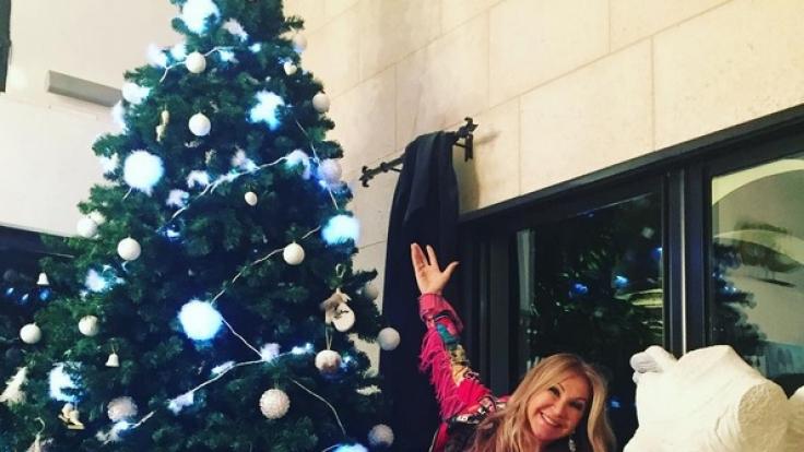 Stolze Trash-Mama: Carmen Geiss präsentiert ihren Weihnachtsbaum. (Foto)