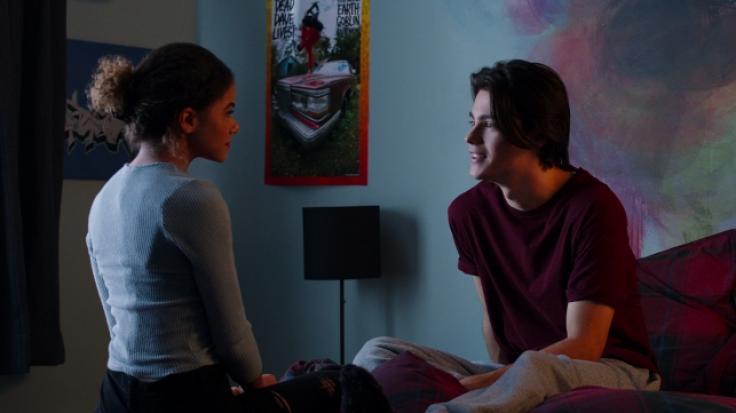 """Ein Szenenbild aus """"Ginny  Georgia"""" zeigt Felix Mallard (Marcus) und Antonia Gentry (Ginny). (Foto)"""