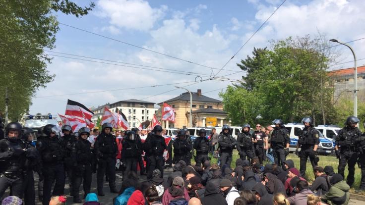 Polizisten stehen an einer Straßenblockade eines Gegenprotests bei einer NPD-Demo in Dresden.