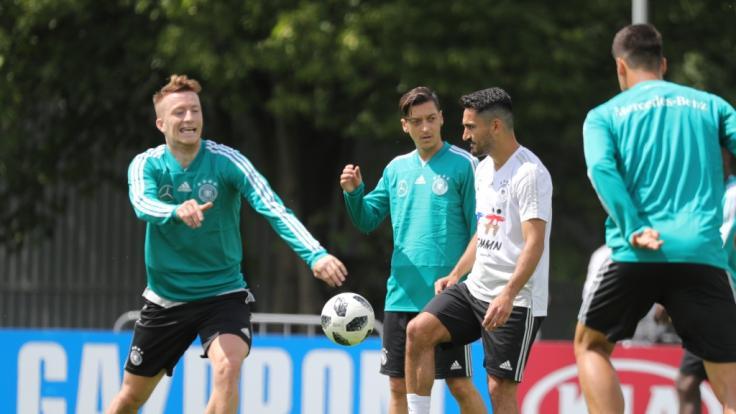 Marco Reus, Mezut Özil und Ilkay Gündogang beim Training der deutschen Fußball-Nationalmannschaft. (Foto)