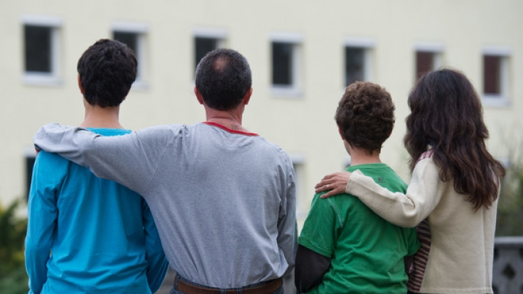 Eine syrische Familie vor einem Asylwohnheim der Zentralen Ausländerbehörde des Landes Brandenburg in Eisenhüttenstadt.