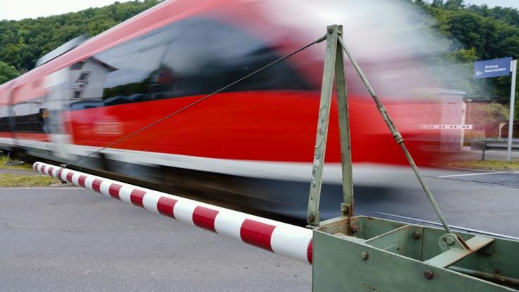 Ein rumänischer Musiker ist beim Überqueren eines Bahnübergangs tödlich verletzt worden - zu diesem Zeitpunkt war der 29-Jährige für seine Follower im Live-Stream zu sehen (Symbolbild). (Foto)