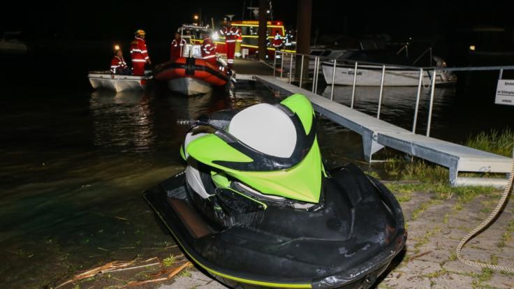 Der von der Feuerwehr geborgene Jetski liegt an Land. (Foto)