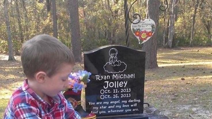 Mit dem Sandkasten am Grab seines Bruders Ryan hat der junge Tucker eine kindliche, tiefere Verbindung zu dem verstorbenen Kind.