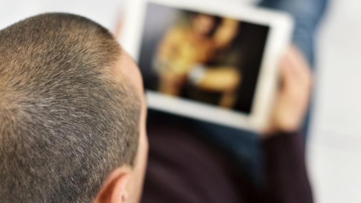 Viele Eltern sind besorgt, wenn ihr pubertierender Nachwuchs Pornofilme im Internet konsumiert (Symbolbild). (Foto)