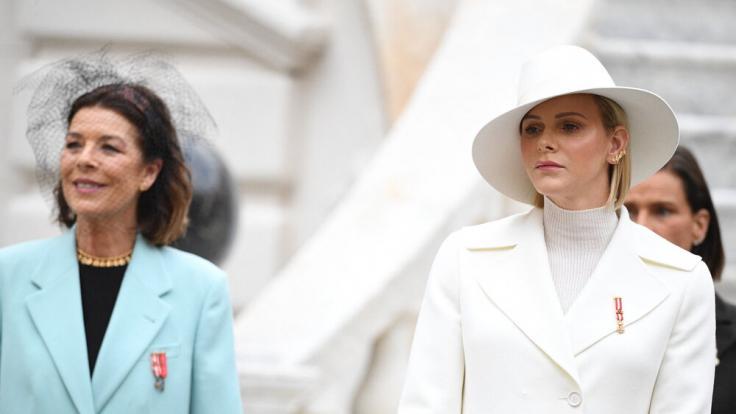 Prinzessin Caroline strahlt im hellblauen Mantel, Fürstin Charlène zeigt sich mit ernster Miene. (Foto)
