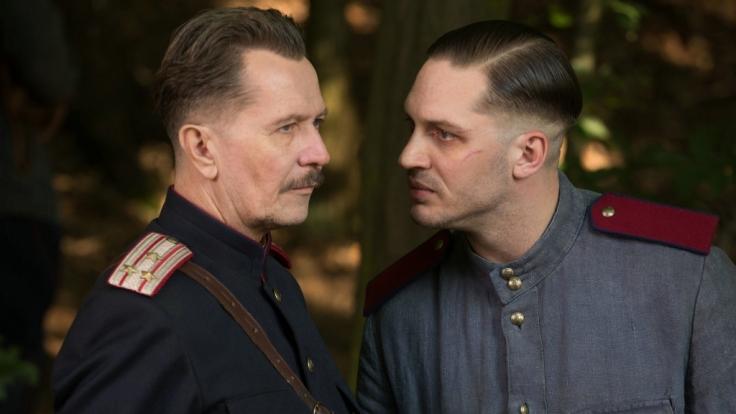 Leo (Tom Hardy, r.) macht General Nesterow (Garys Oldman, l.) klar, dass ein Kindermörder umgeht. (Foto)