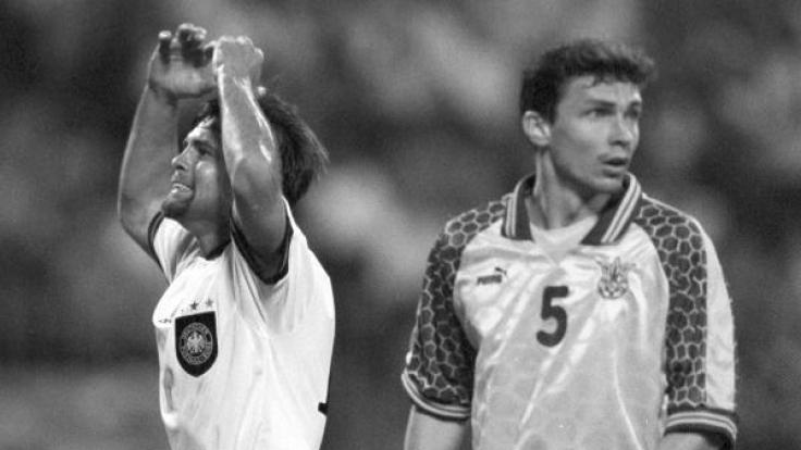 Der Nationalstürmer Ulf Kirsten (l.) schlägt nach einer verpassten Torchance in einem WM-Qualifikationsspiel 1997 die Hände über dem Kopf zusammen. Rechts sein Gegenspieler Wlasislaw Waschtschuk.
