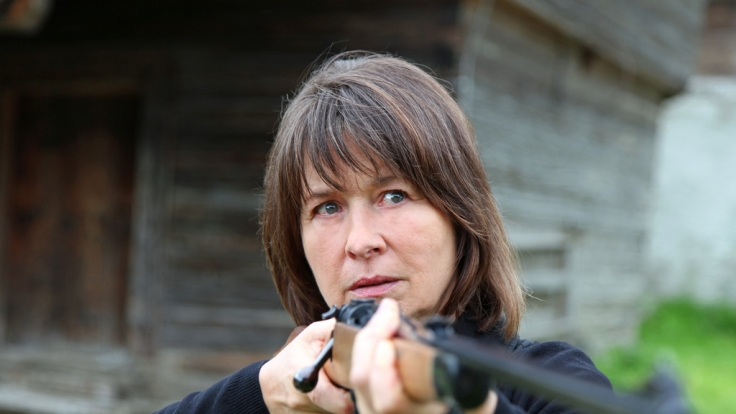 Erna ist so wütend über ihren Schwiegersohn Franz, dass sie letzten Endes selbst zum Gewehr greift. (Foto)