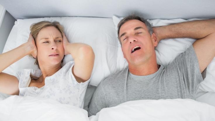 Egal, ob der Partner schnarcht oder die Nachbarn feiern - Lärm verfolgt uns überall und kann auch im Schlaf nicht ausgeblendet werden. Ohrstöpsel können für die dringend benötigte Ruhe sorgen.