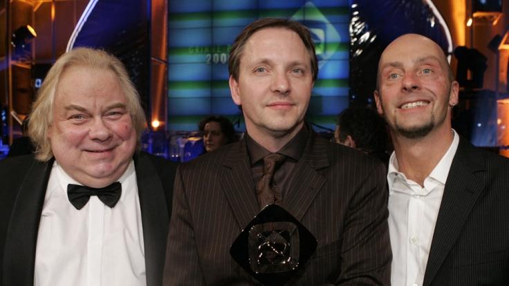 Der Entertainer Olli Dittrich (M) freut sich zusammen mit den Darstellern Franz Jarnach (l) und Jon Flemming Olsen (r).