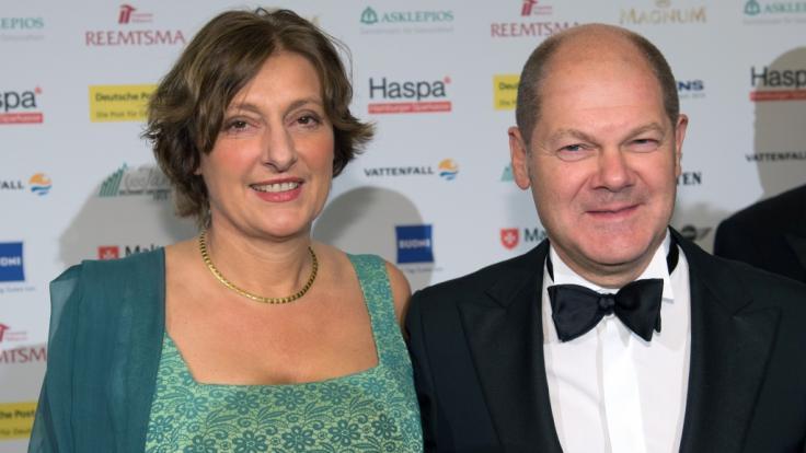 Olaf Scholz (damals Erster Bürgermeister Hamburgs) gemeinsam mit seiner Frau Britta Ernst beim Hamburger Presseball 2015. (Foto)