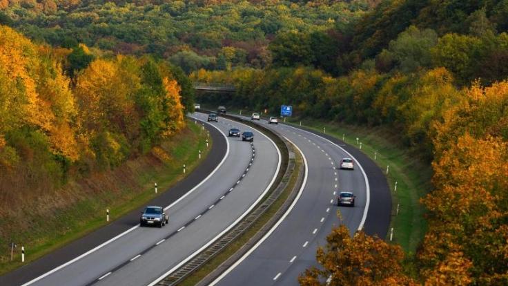 Autofahrer erwartet ein entspanntes Wochenende - nur für Pendler könnte es eng werden.