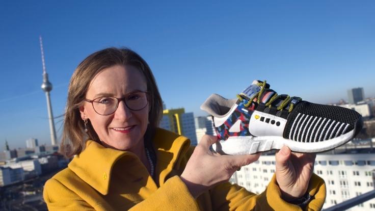 BVG-Vorstandsvorsitzende Dr. Sigrid Nikutta freut sich über den Sneaker zum 90. Geburtstag des Unternehmens. (Foto)