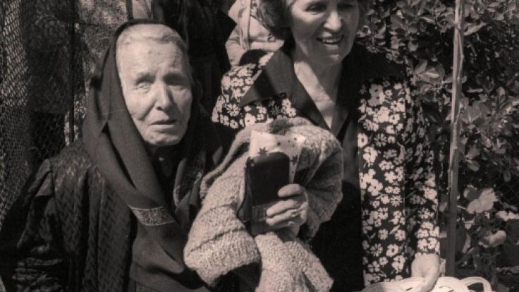 """Die bulgarische Hellseherin """"Baba Wanga"""" (links) auf einem Foto aus dem Jahr 1994, zwei Jahre vor ihrem Tod auf ihrem Grundstück in Rupite, Bulgarien. (Foto)"""