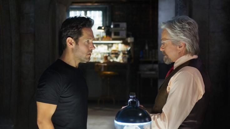"""Hank Pym sieht in Scott Lang (links, Paul Rudd) den einzigen Menschen, der """"Ant-Man"""" verkörpern könnte. (Foto)"""