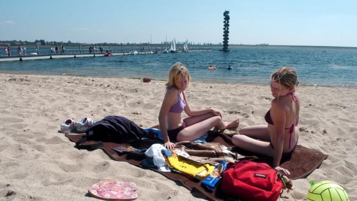 Das neu gebaute Strandgebiet mit Aussichtsturm am Goitzschesee in Sachsen-Anhalt. (Foto)