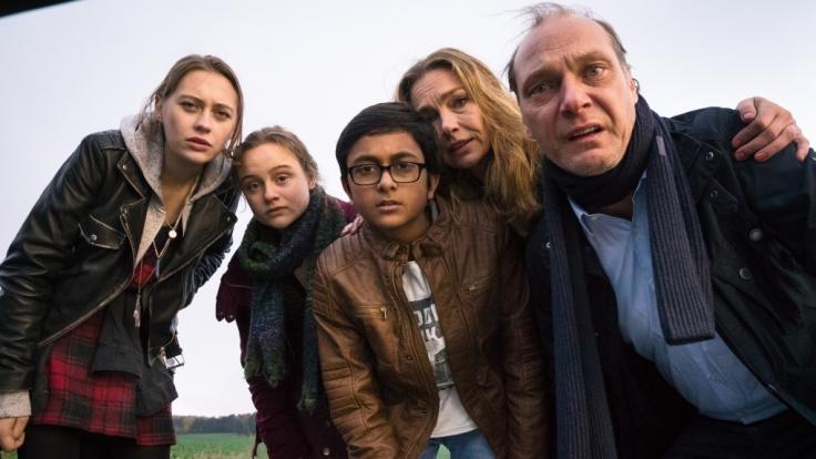 Die Chaos-Familie Neufund – Vater Erik (Martin Brambach, re.), Mutter Charlotte (Aglaia Szyszkowitz), der Austauschschüler Sandy (Zayn Baig), Fiona (Lena Urzendowsky, 2. v. li.) und Annika (Mercedes Müller, li.).