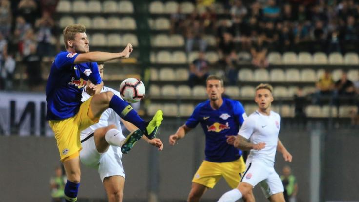 Timo Werner (l) von RB Leipzig wird von einem Spieler von Luhansk bedrängt.