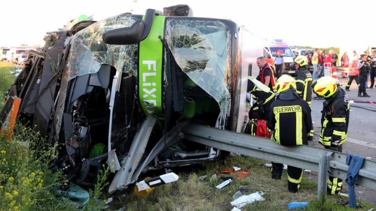 Bei einem Busunglück auf der A9 bei Leipzig kam eine Frau ums Leben.