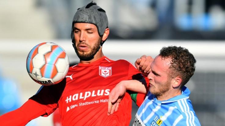 Der Chemnitzer Julius Reinhardt (r.) und Halles Klaus Gjasula kämpfen um den Ball. (Foto)