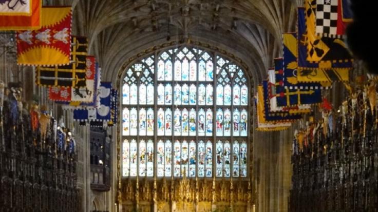 Windsor, 2018: Meghan Markle wird von Prinz Charles zum Altar in der St.-Georgs-Kapelle geführt.