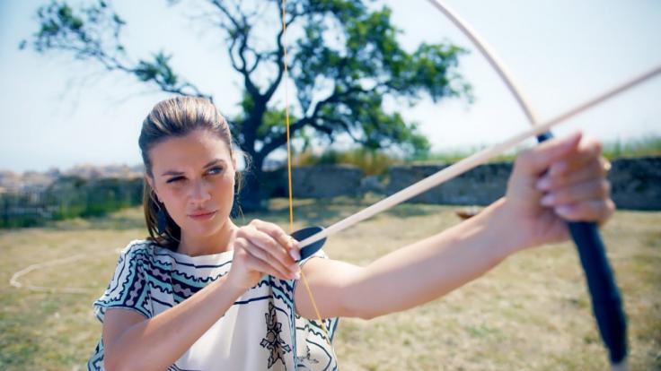 Bachelorette Nadine lädt acht der Jungs zum Bogenschießen ein.