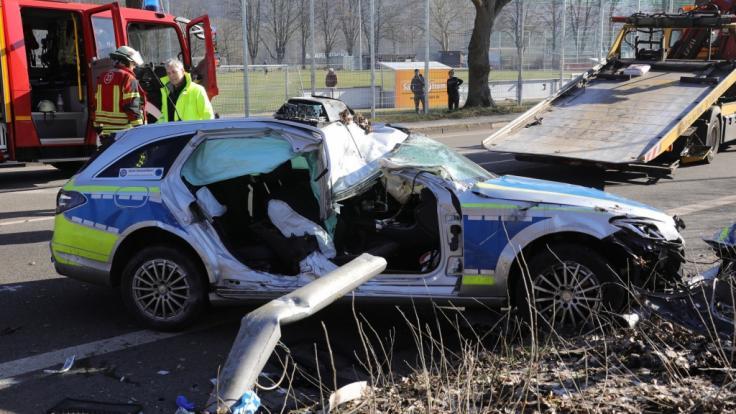 Eine Polizistin wird bei einem Unfall in Saarbrücken tödlich verletzt - Die Überreste des Unfallwagens.