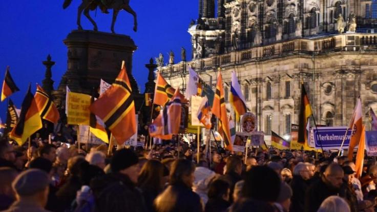 Pegida-Anhänger in Dresden. Angesichts des islamistischen Terrors in Paris wird mit Zulauf für die Kundgebung auf dem Theaterplatz vor der Semperoper gerechnet. (Foto)