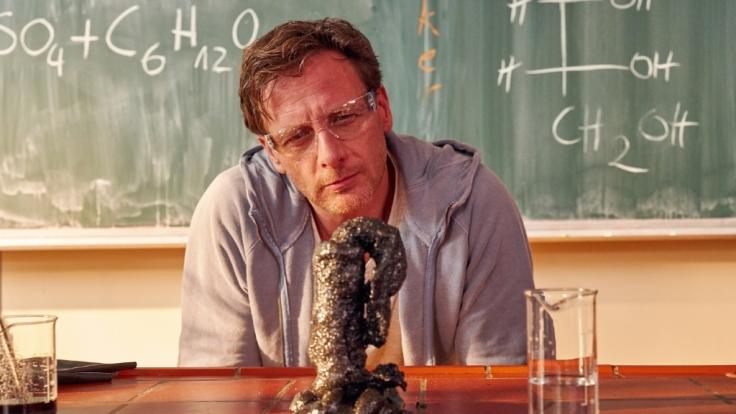 """""""Der Lehrer"""" Stefan Vollmer (Hendrik Duryn) erlebt in seinem Schulalltag allerlei kuriose Dinge - und das nicht nur im Chemieunterricht. (Foto)"""